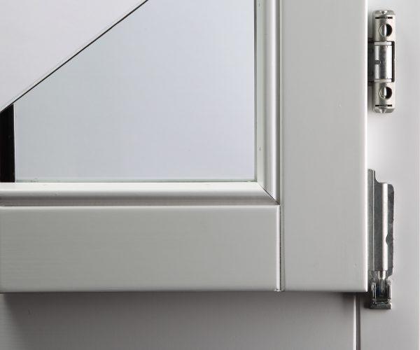 Vodeni bijeli lak na prozorskom profilu od ariša
