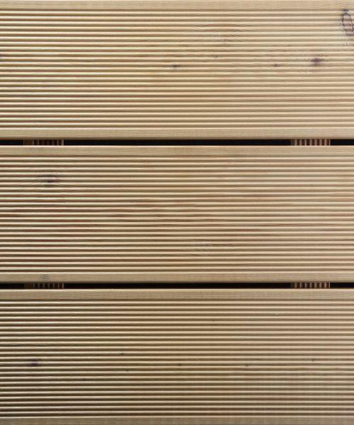 Thermowood Oli u sivom tonu na decku od termo jasena