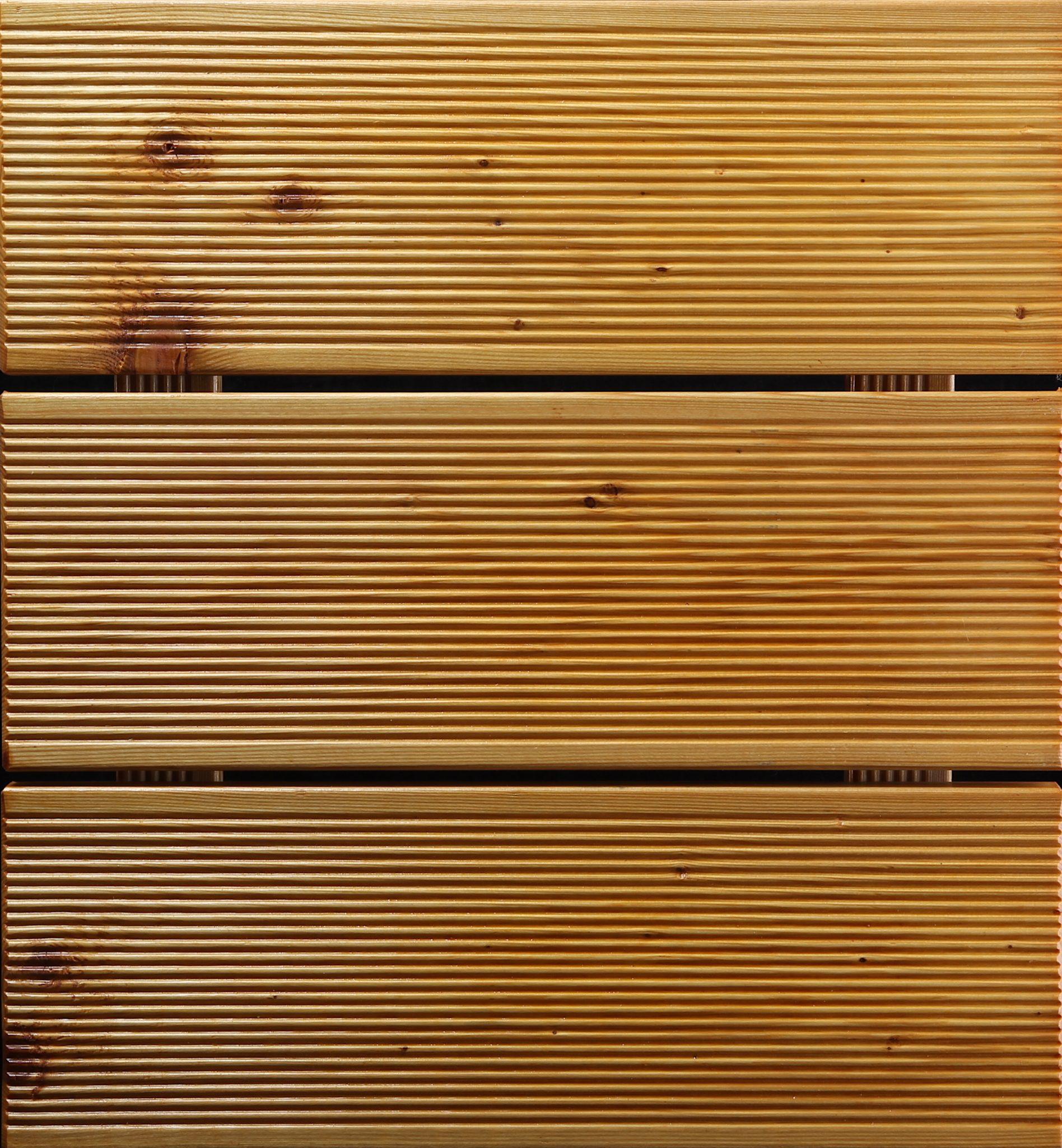 Decking ulje u bijeloj boji na decku od rebrastog ariša