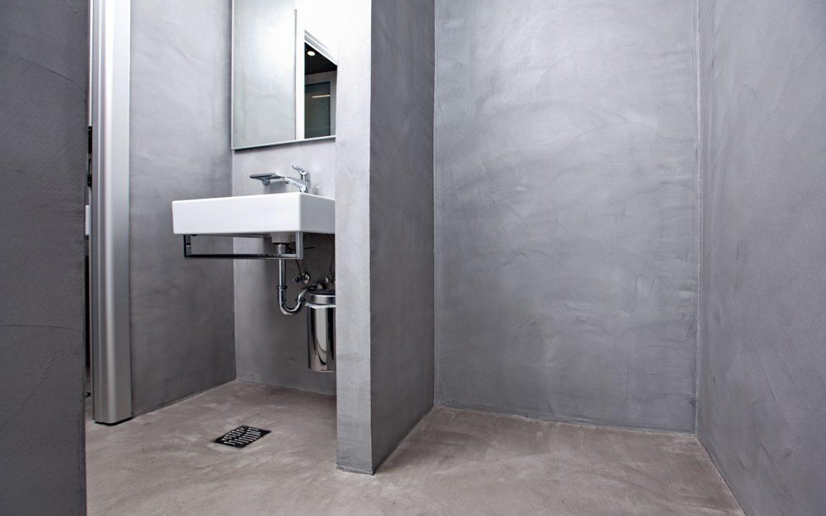 Podovi i zidovi sanitarnog čvora uređeni resinom / dekorativnim premazom za podove i zidoce Pastellone 2.0